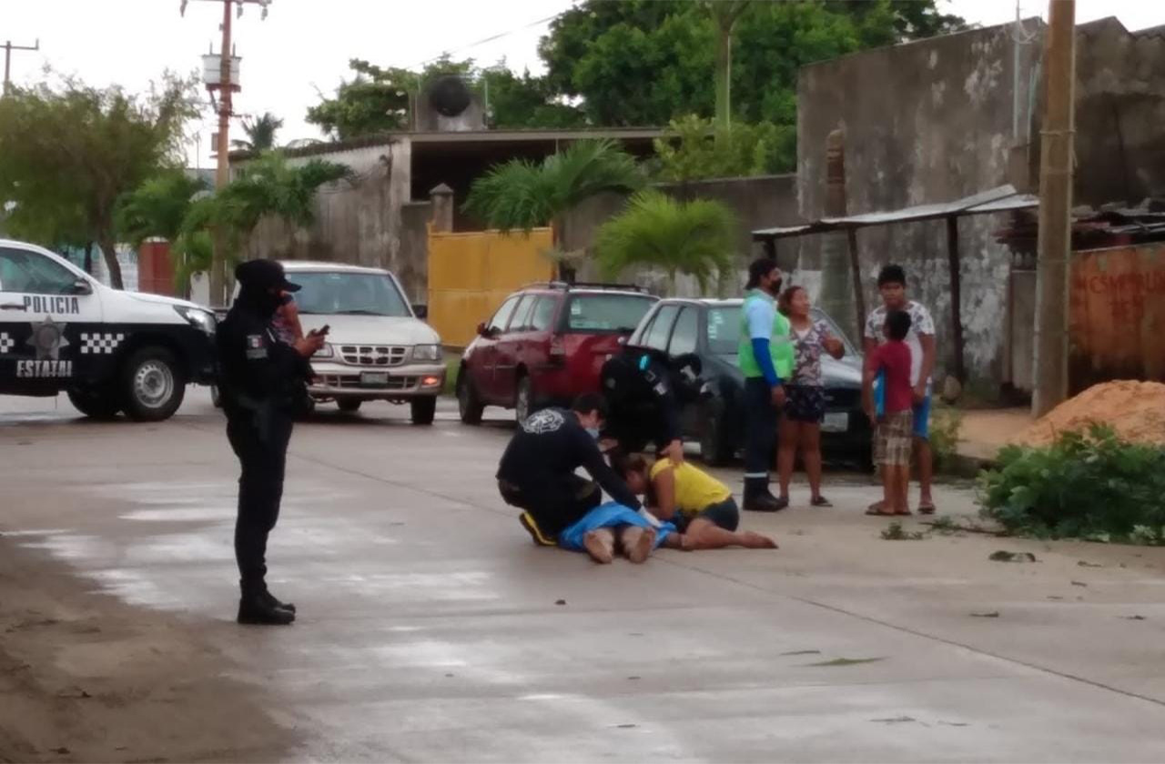 Mauricio podaba un árbol y murió electrocutado en Coatza