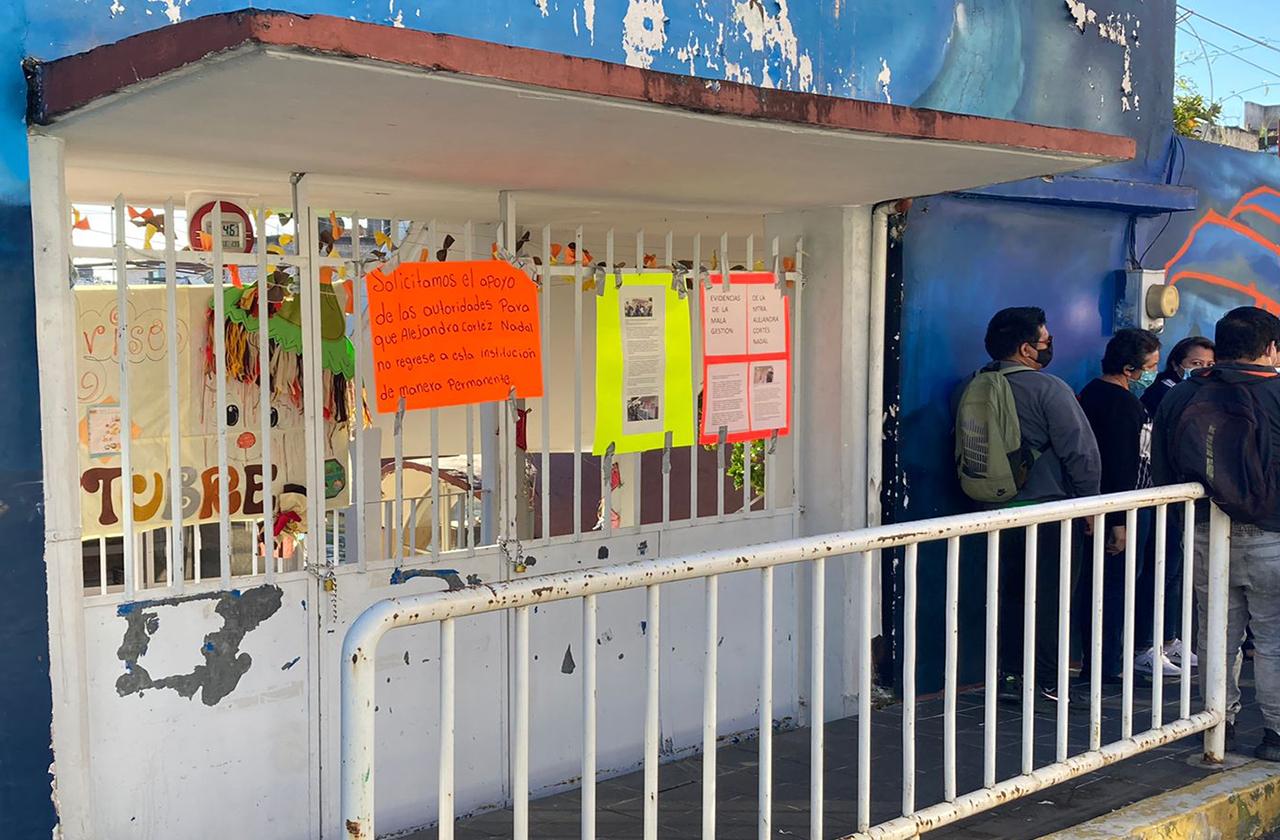 Maestros toman kínder en Xalapa y protestan contra de directora