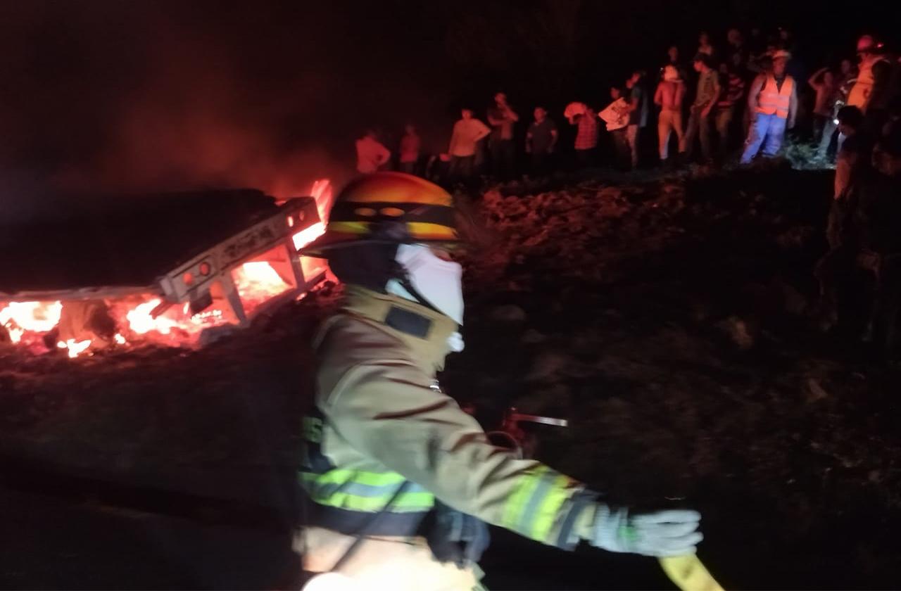 VIDEO: Se incendia tráiler en libramiento Xalapa-Perote