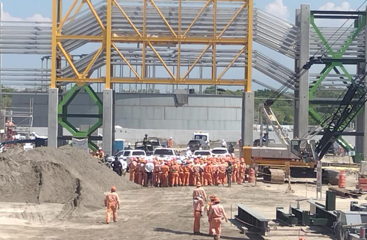 Con dispositivo de seguridad arriba Nahle a refinería de Dos Bocas