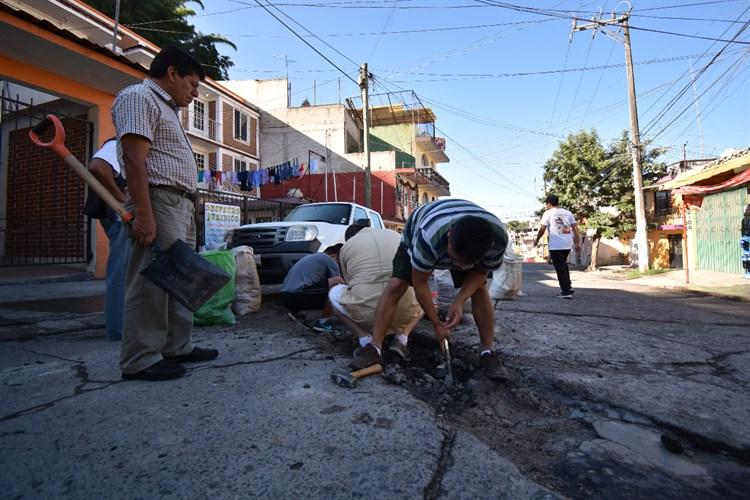 Xalapeños reparan calles ante ineficiencia del Ayuntamiento