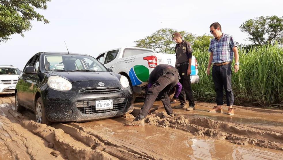 Deslave de lodo atasca 20 vehículos en Boca del Río