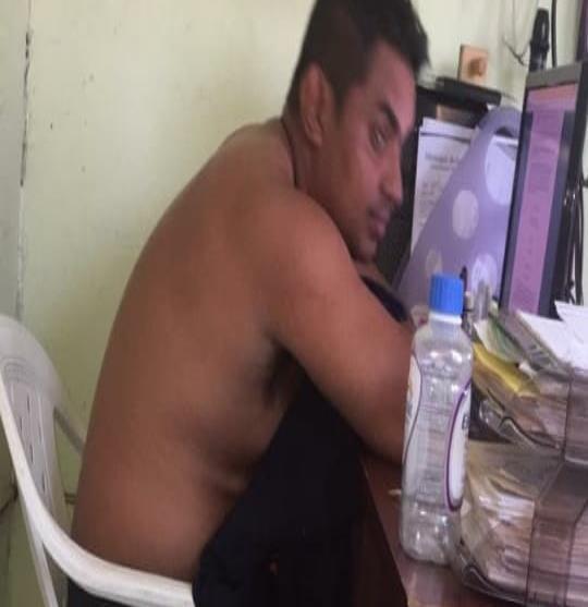Captan a Director de PC de Jamapa trabajando ebrio y sin camisa