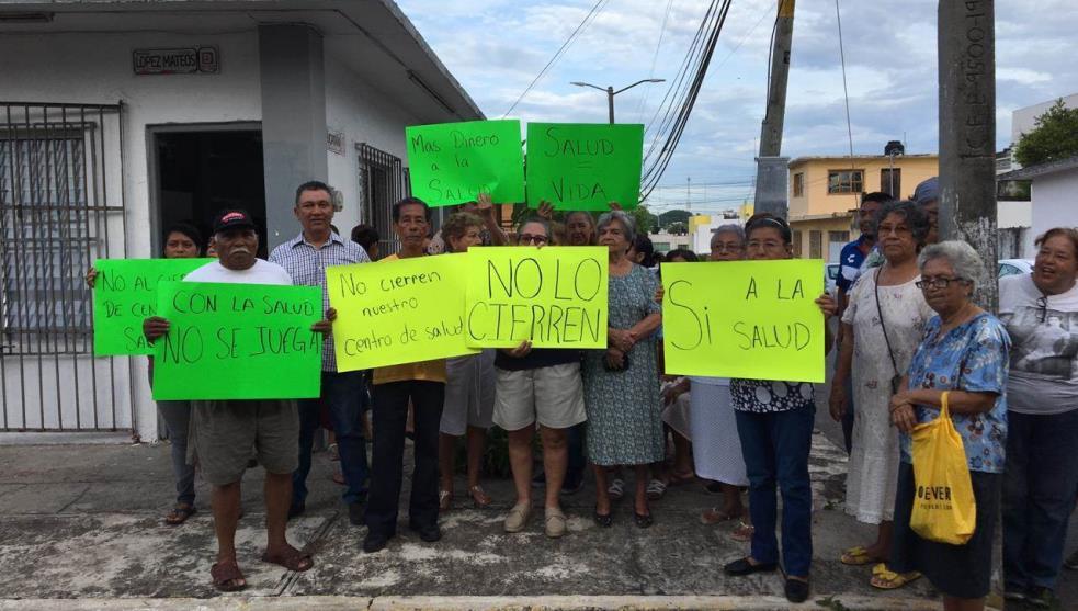Se manifiestan por cierre de centro de salud en Veracruz