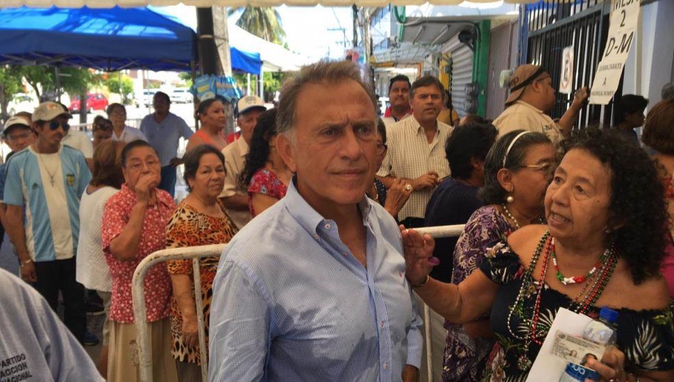 Yunes votó y externó su apoyo a Mancha