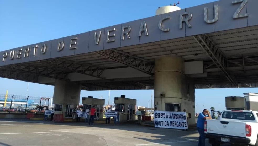 Marinos mercantes cierran puerto de Veracruz, exigen mando civil
