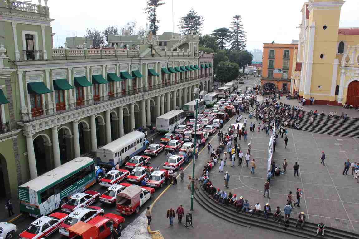 Xalapa no prospera porque autos obstruyen vialidades: alcalde