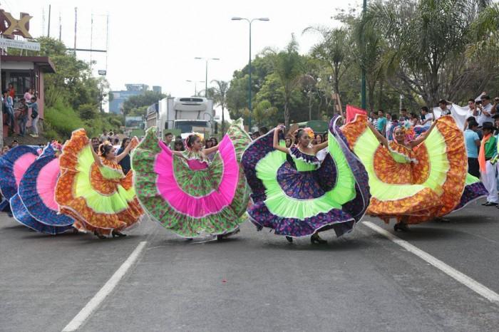 Estudiantes cierran vialidad en Xalapa para exigir recursos