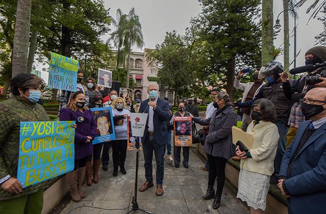 Siembran árbol en honor a personas desaparecidas, en Xalapa