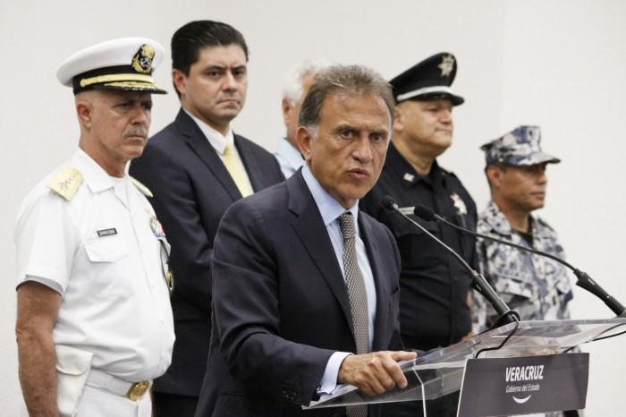 Yunes entrega a PGR carpeta de pruebas contra Javier Duarte