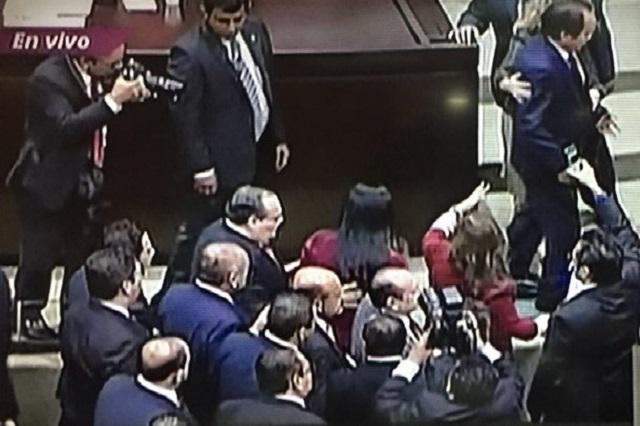 Diputados de Morena y del PRI arman zafarrancho en el Congreso