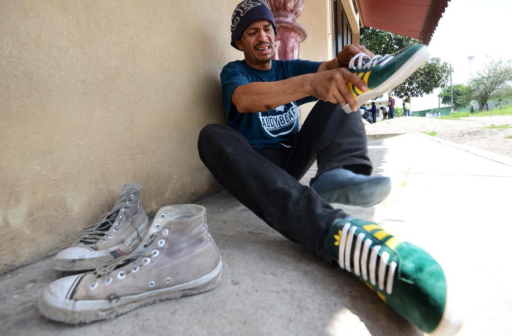 #ZapatónMigrante entrega calzado en albergues