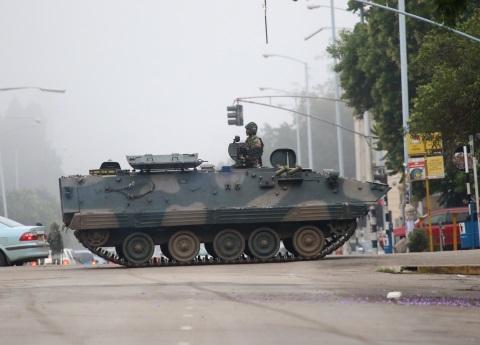 Ejército toma control de Zimbabwe y niega golpe de Estado